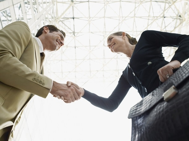 Mujer y hombre entevista de trabajo