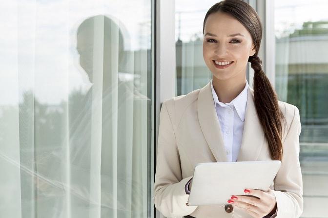 mujer elegante vestida con traje de mujer para entrevista laboral