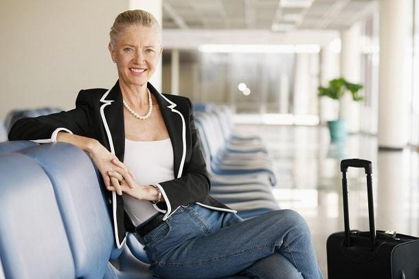mujer vestida de look informal para entrevista de trabajo